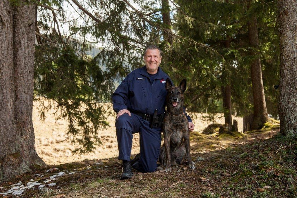 Polizist Daniel Hagmann mit seinem Diensthund Rommels Macho